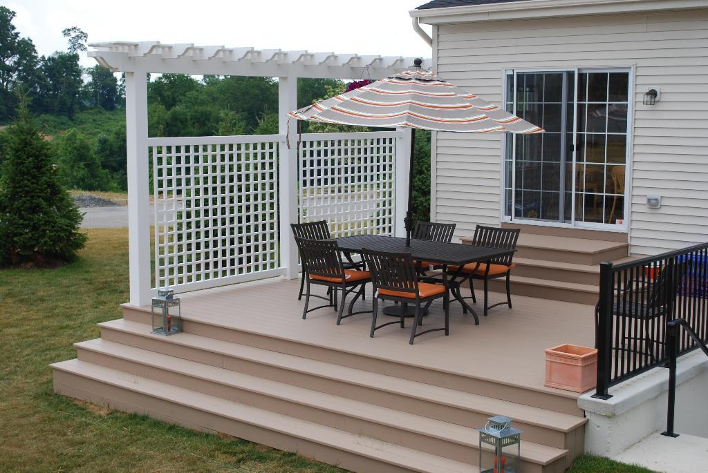 Deck pergola privacy screen